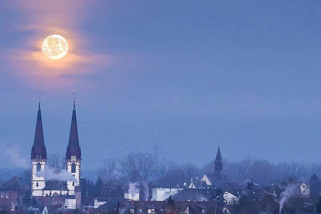 Vollmond über Kenzingen.  | Foto: Paul Loesche