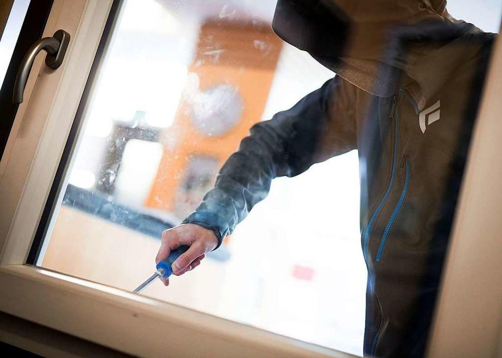 Beliebt bei Einbrechern: Fenster oder ...ln, um in Haus oder Wohnung zu kommen.  | Foto: dpa