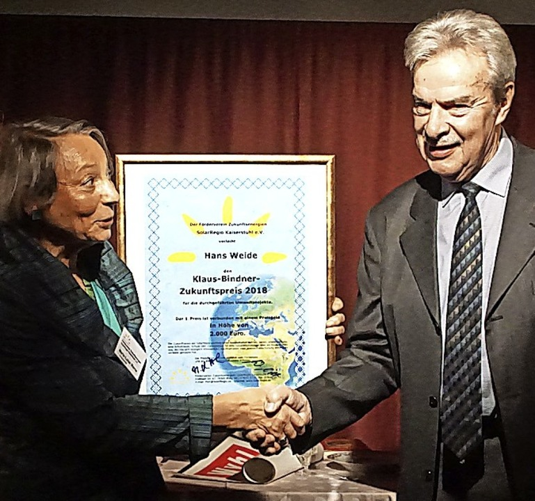 Maria-Luisa Werne, die Vorsitzende des...chte  den Zukunftspreis an Hans Weide.  | Foto: Ilona Huege