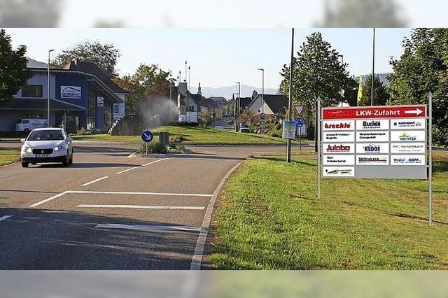 Schild weist Lastwagen den direkten Weg