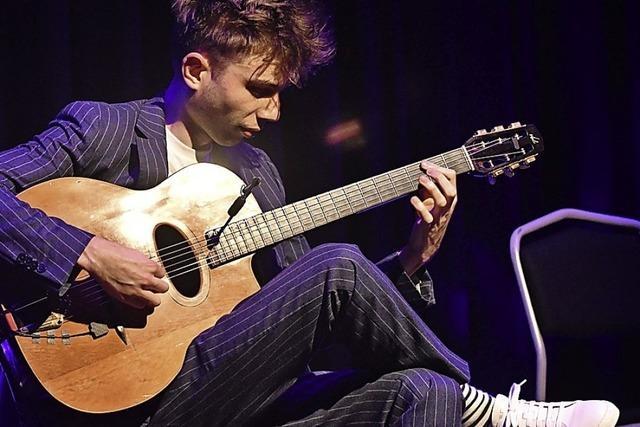 Virtuosen auf Gitarren mit drei Hälsen oder ohne Bünde