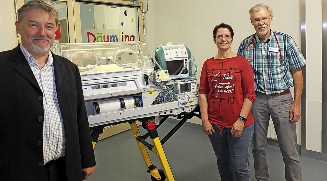 Horst Simon vom Verein internationale ...ahnenstich (rechts) mit dem Inkubator   | Foto: David-Wenk