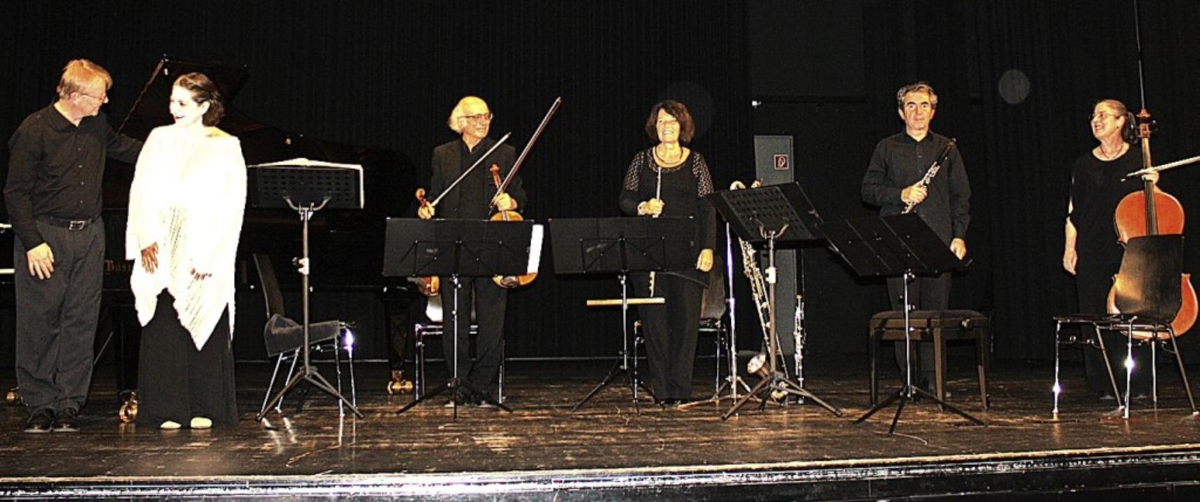Die Musiker und Musikerinnen nehmen in Denzlingen den Applaus entgegen.   | Foto: Hildegard Karig