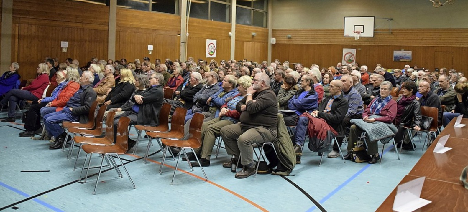 Sehr gut gefüllt mit etwa 300 Zuhörern...nfoveranstaltung der Windkraftgegner.   | Foto: Stefan Ammann
