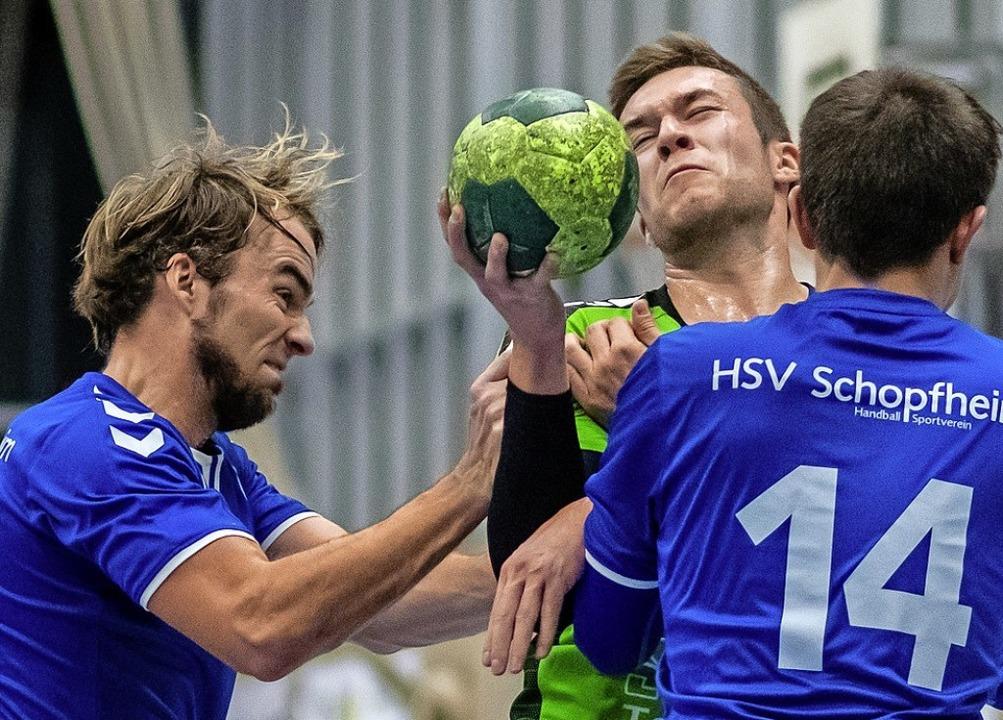 Heftige Gegenwehr: Tobias Dummin (Mitt... traf  Torsten Michel (links) achtmal.  | Foto: Michael Herrmann