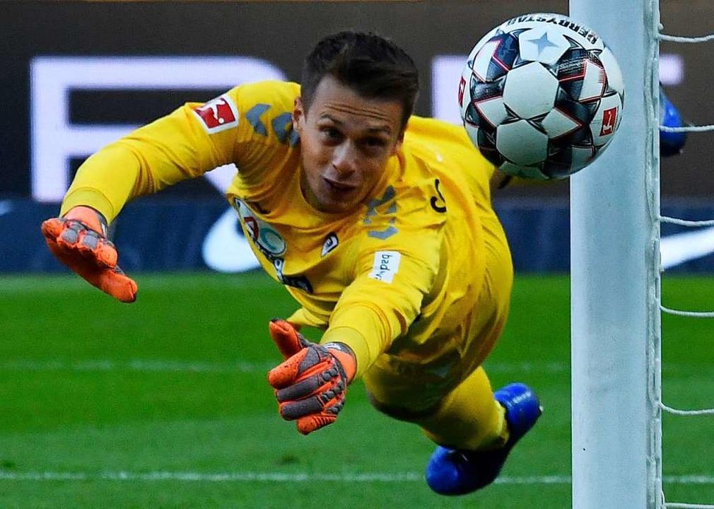 Freiburgs Keeper Alexander Schwolow im...en, findet BZ-Redakteurin Simone Höhl.    Foto: AFP