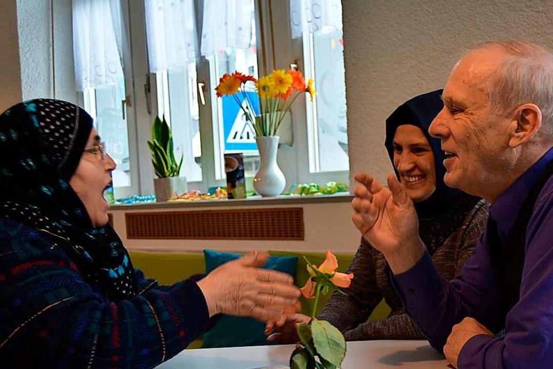 Herwig Popken berät muslimische  Frauen.  | Foto: Danielle Hirschberger