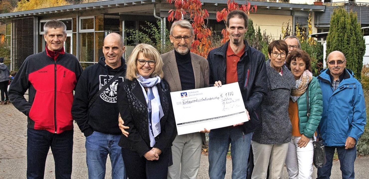 Einen Spendenscheck über 1770 Euro übe...trick Wallner für das SOS Kinderdorf.     Foto: Volker Münch