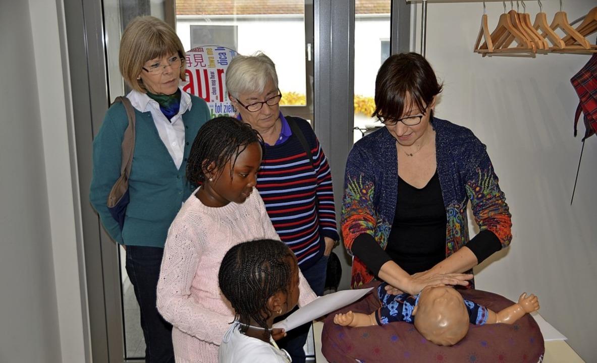 Die Kinderkrankenschwester Melanie Jun...ch Babymassage verbessert werden kann.  | Foto: HAns-Jochen Voigt