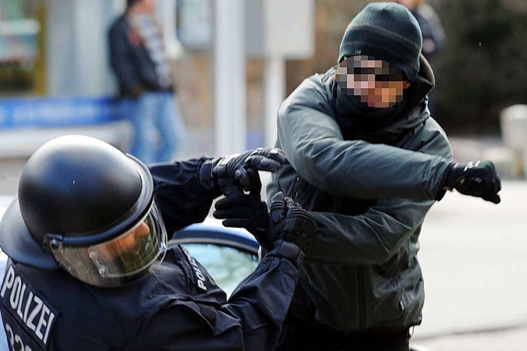 Strobl will für Gewalt gegen Polizisten sensibilisieren.  | Foto: dpa