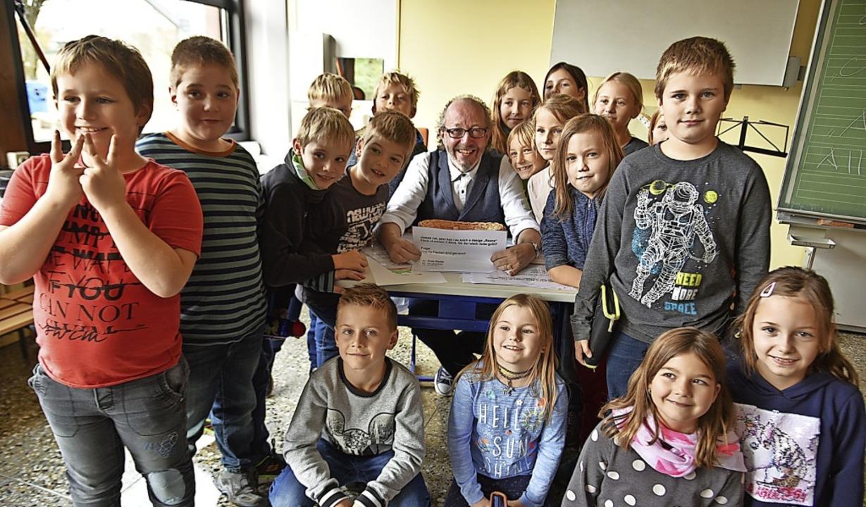 Mundart-Musiker Jürgen Hack mit der dritten Klasse des Schulzentrums Freiamt.  | Foto: Benedikt Sommer