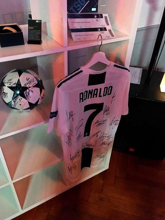 Zu ersteigern: Ronaldo-Trikot, signiert von Juventus-Spielern.  | Foto: Joshua Kocher