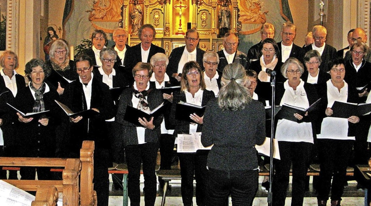 Der Kirchenchor gestaltete zusammen mi...ein Kirchenkonzert am Volkstrauertag.   | Foto: Ulrike Spiegelhalter