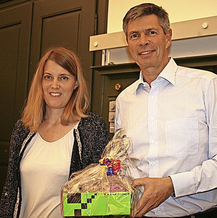 Ein kleines Präsent vom Team hatte VHS...on Bürgermeister Christof Nitz dabei.   | Foto: Jung-Knoblich