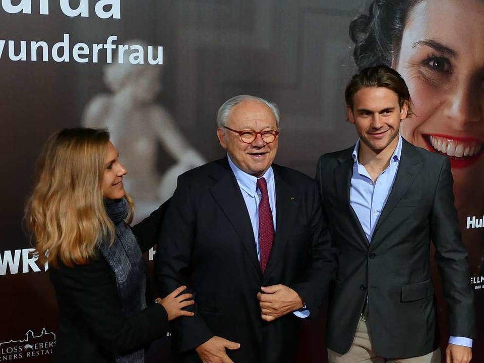 Hubert Burda mit seinen Kindern Elisab...inem Filmplakat in der Oberrheinhalle.  | Foto: Helmut Seller