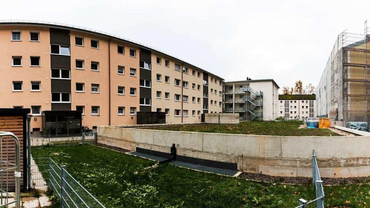 Die Wohnhäuser an der Emmendinger Straße werden Zug um Zug modernisiert.  | Foto: Gabriele Zahn