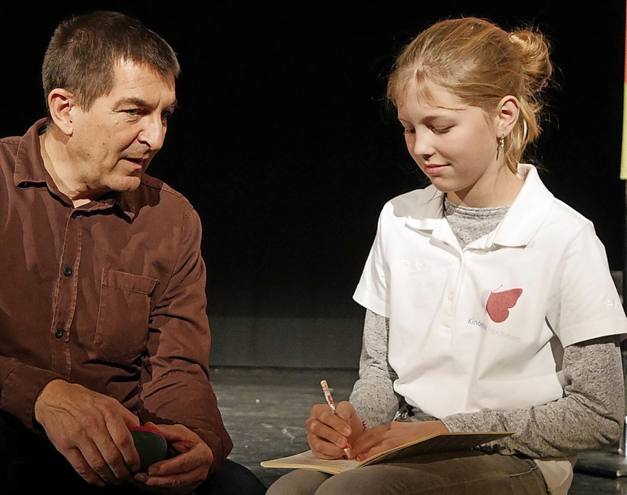 Bei seiner Vorlesung verflog die Zeit ... mit Kinderuni-Reporterin Kaja Plate.   | Foto: Marion Rank