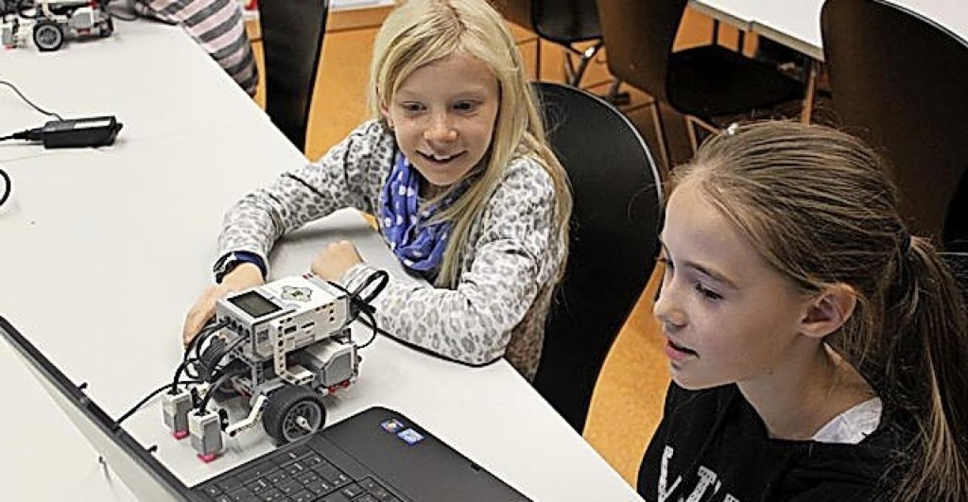 Mädchen programmieren am Laptop den Lego-Roboter.  | Foto: Elke Hach