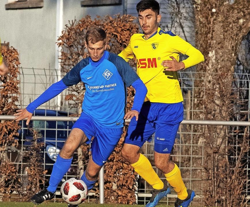 Markus Tritschler (links) war beim jün...r aktivsten  Spieler des FC Neustadt.     Foto: W. Scheu
