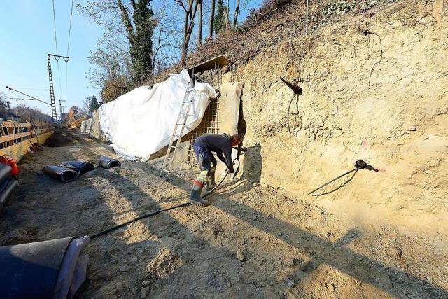 Arbeiter betonieren den Rutschhang an der Rheintalstrecke