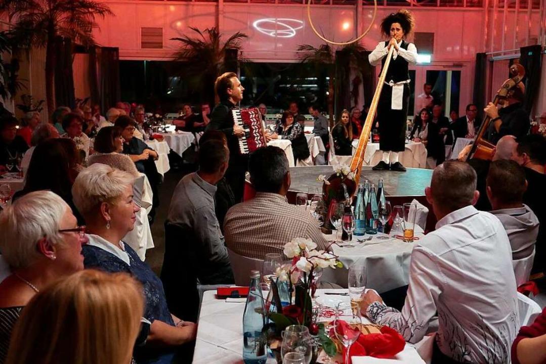 Komisch: Die Schweizer Co-Moderatorin ...uch als Virtuosin am Alphorn entpuppt.  | Foto: Hans-Peter Müller
