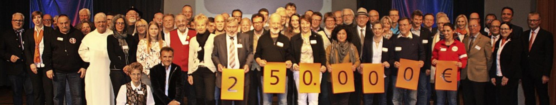 Die Volksbank Rhein-Wehra hat auch in ...enempfänger auf die Bühne im Kursaal.   | Foto: Gerd Leutenecker