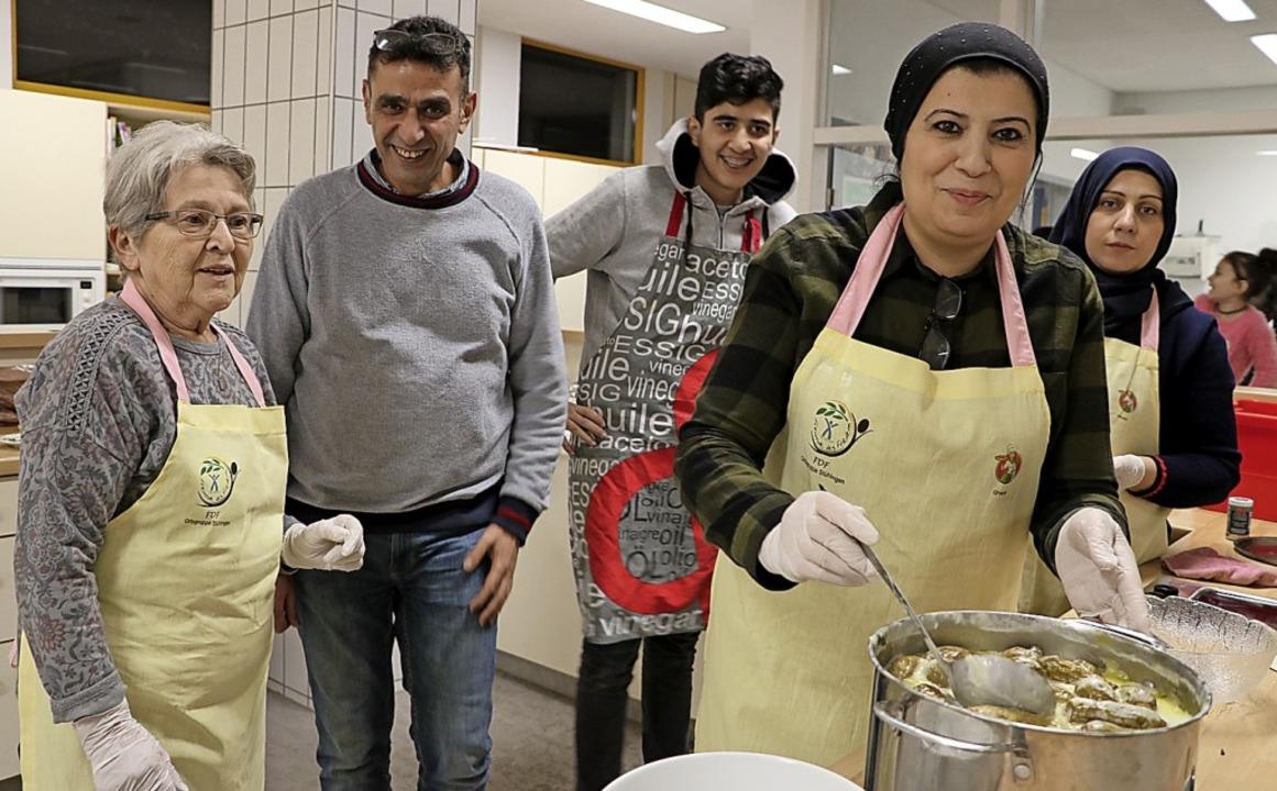Brunhilde Robertz (links) nahm die Ein...t von der internationalen Küchenparty.  | Foto: Martha Weishaar