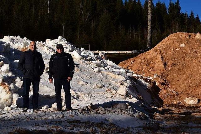 Nordic-Center Notschrei konserviert mit Holzspänen Schnee aus der Vorsaison