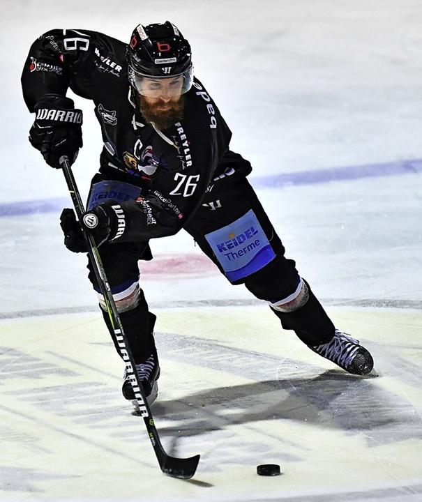 EHC-Kapitän Philip Rießle spielt selbs...ber wichtiger ist ihm der reale Sport.  | Foto: Achim Keller