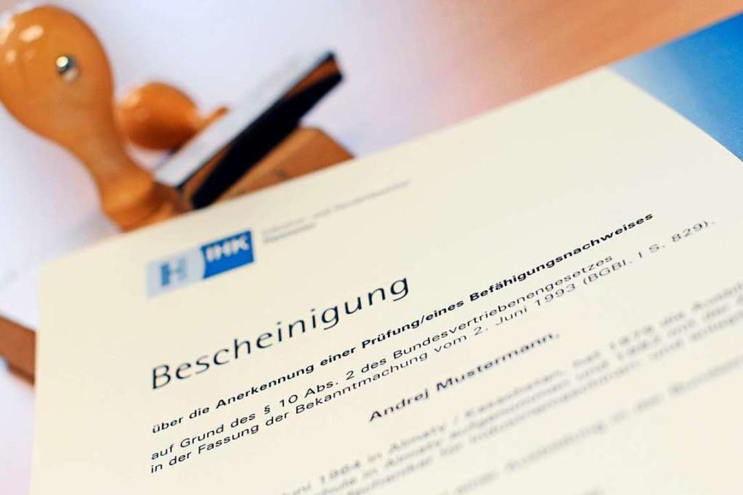 In Deutschland geht nichts ohne Zertif...gnisse oder Ausbildungsnachweise geht.  | Foto: Peter Steffen