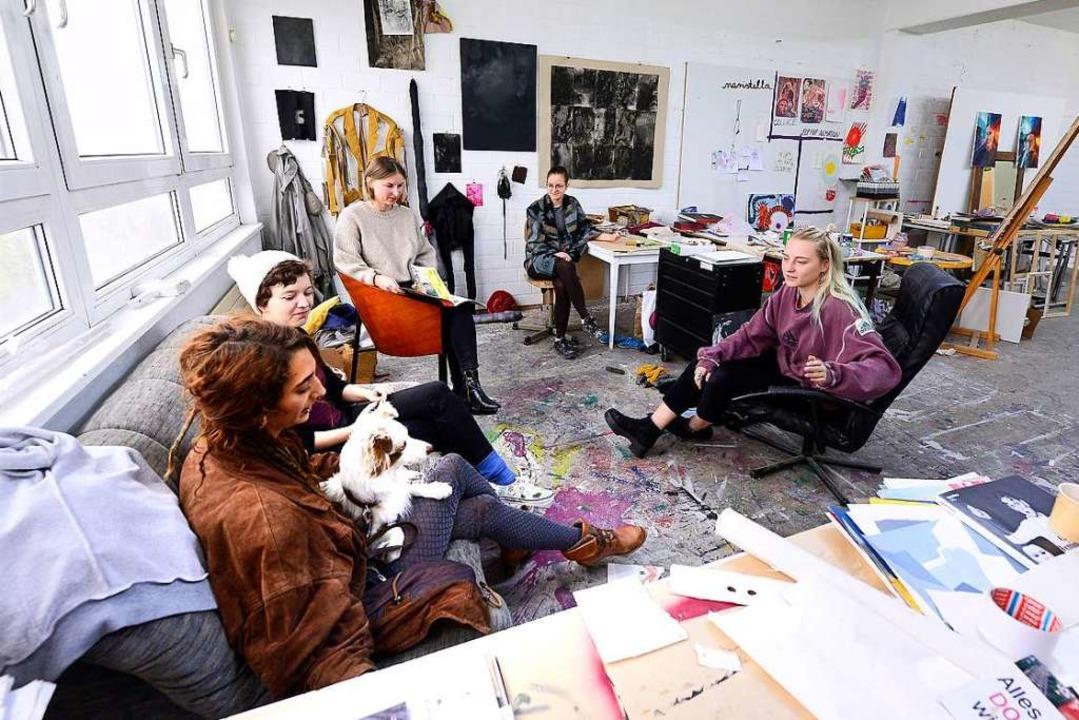 Besprechung: Marcomedia-Studierende (mit Hund) im Fach Bildende Kunst  | Foto: Ingo Schneider