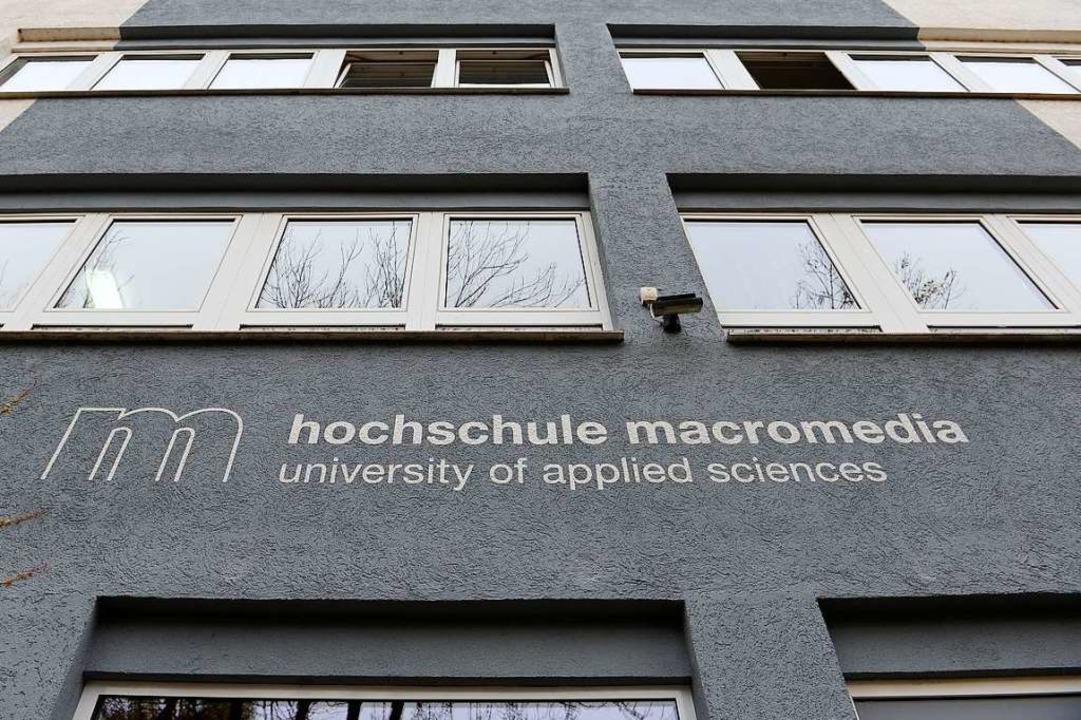 Neuer Name an der Fassade: Aus der HKDM ist die Hochschule Macromedia geworden.  | Foto: Ingo Schneider
