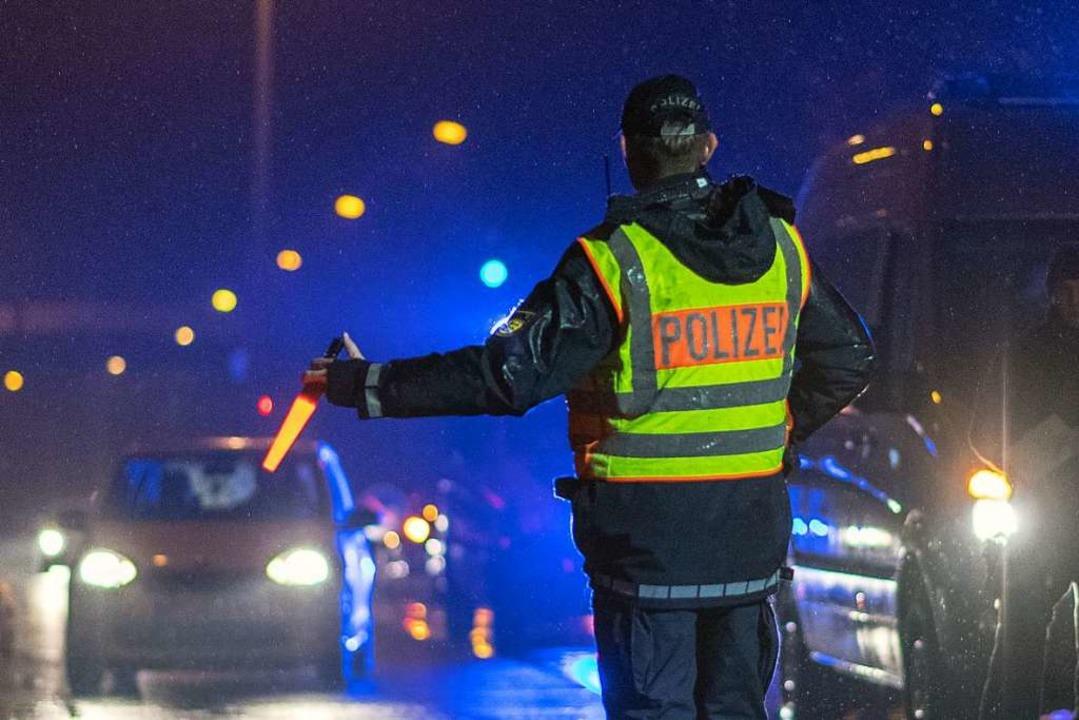 Bitte rechts ran: Ein Polizist während des Einsatzes.  | Foto: dpa