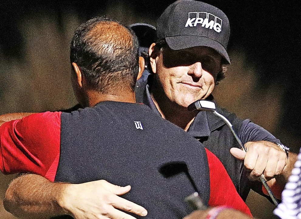 Tiger Woods (links)  gratuliert  Phil Mickelson.   | Foto:  DPA