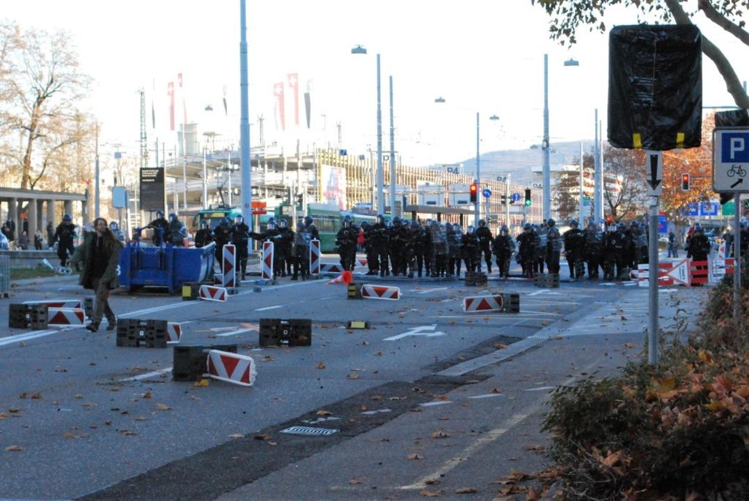Die Schwarzwaldallee vor dem Badischen...oß zwischen Polizei und Demonstranten.  | Foto: Thomas Loisl Mink