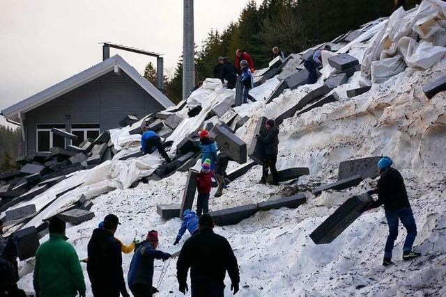 An der Hochfirst-Schanze wurde der Schnee vom Vorwinter ausgepackt