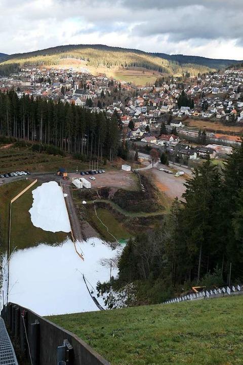Schneilanzen und die Snowfactory haben...hanze getupft. Im Hintergrund Neustadt  | Foto: Eva Korinth