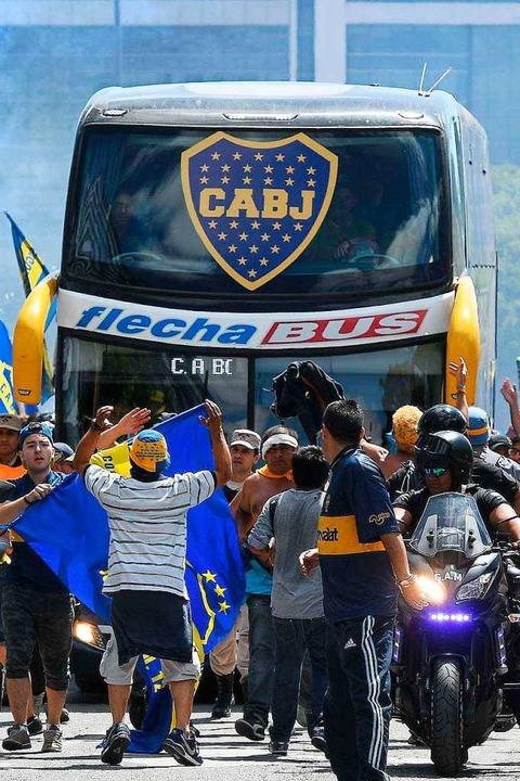 Der Mannschaftsbus von Boca Juniors wurde von Fans von River Plate attackiert.    Foto: AFP