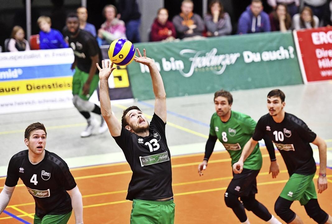 Alle Augen auf den Pass von Marc Zimme...r Freiburger Zuspieler bedienen wird.   | Foto: Achim Keller