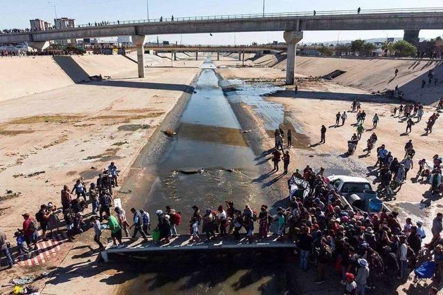 Hunderte Migranten versuchen US-Grenze zu überqueren