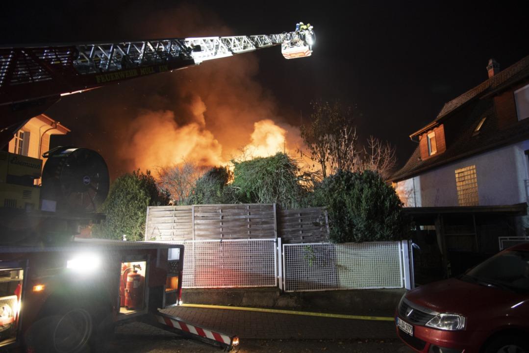 Umliegende Wohnhäuser wurden evakuiert.  | Foto: Volker Münch