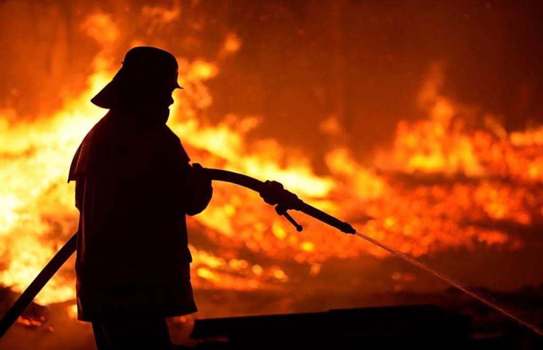 Sechs Menschen konnte die Feuerwehr nicht mehr retten.  | Foto: dpa