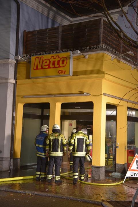 Die Feuerwehr bei den Löscharbeiten  | Foto: Martin Eckert