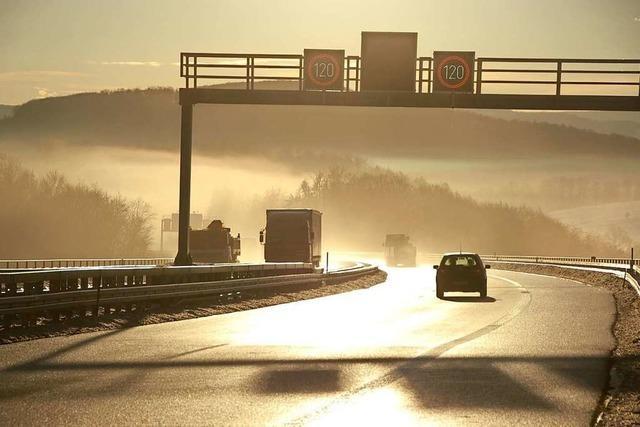 Autofahrer fährt bei Rheinfelden auf Lkw auf