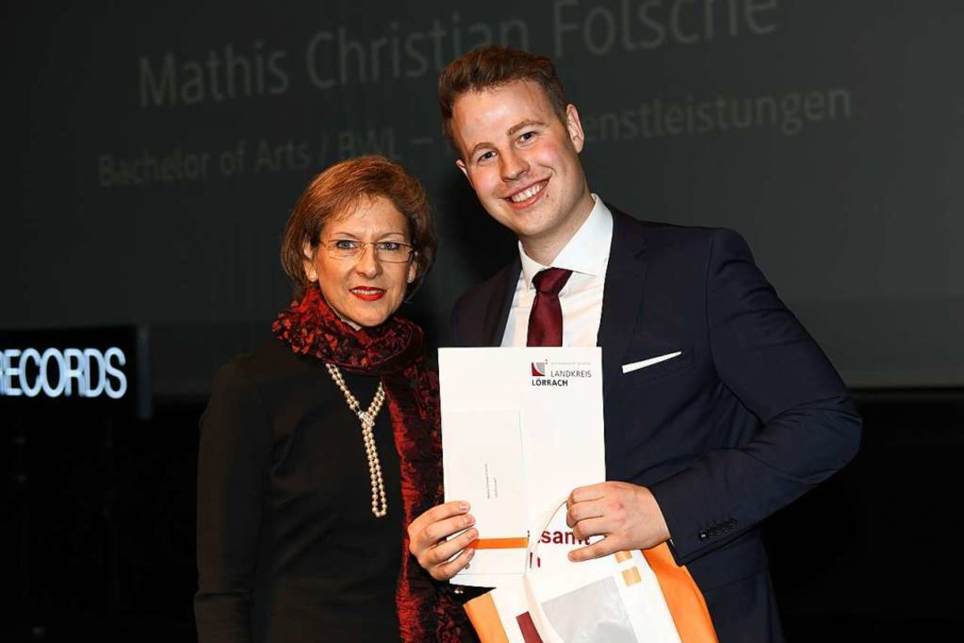 Den Preis des Landkreises Lörrach erhä...sche, daneben Landrätin Marion Dammann  | Foto: Juri Junkov