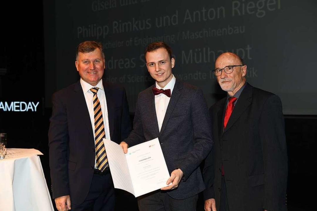 Philipp Rimkus (Mitte) erhält den Preis der Sick-Stiftung.  | Foto: Juri Junkov