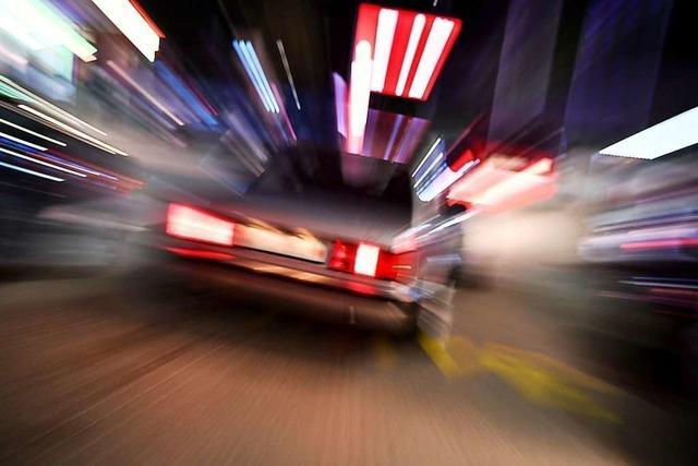 Autofahrerin fährt Mann über Fuß und zieht Schreckschusswaffe