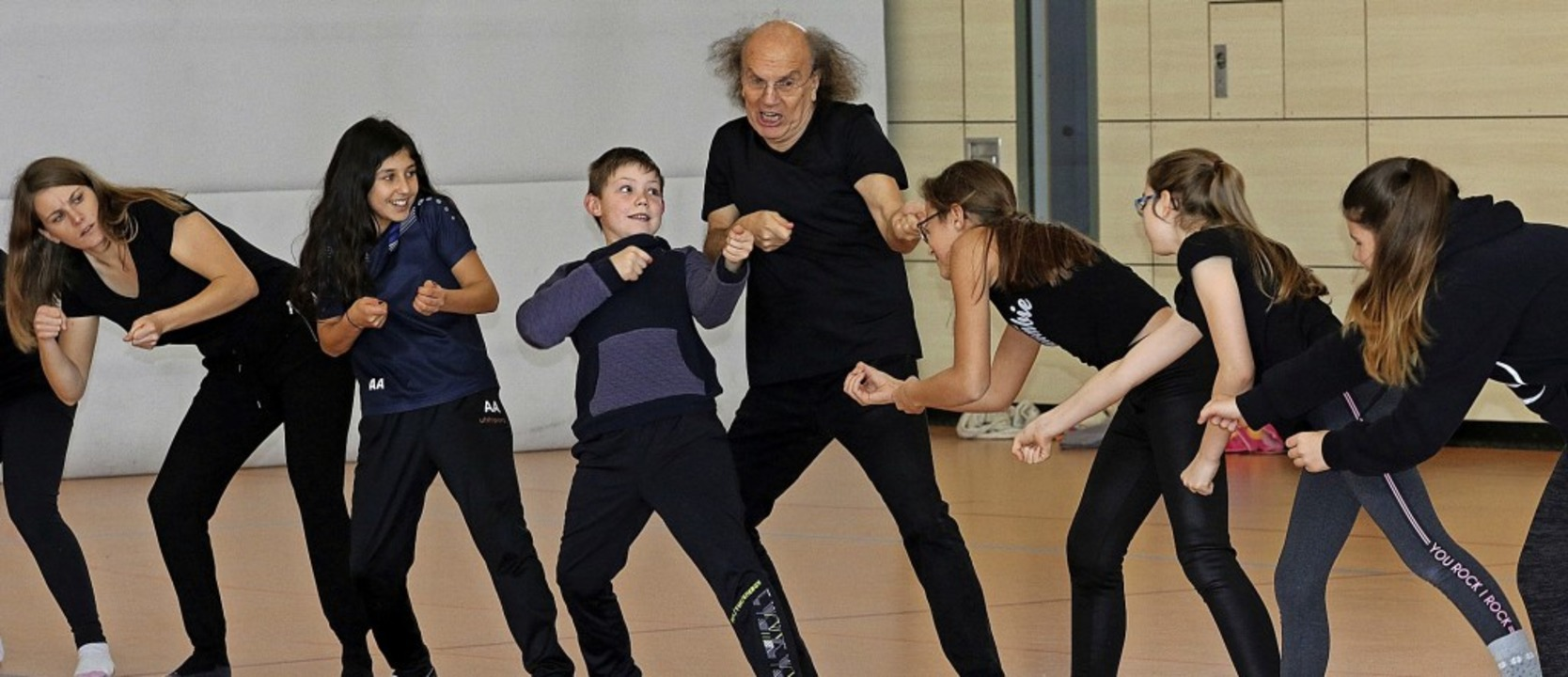 Peter Mim übt mit den Schülern virtuel...nstrengung kommt in den Gesichtern an.  | Foto: Gudrun Deinzer