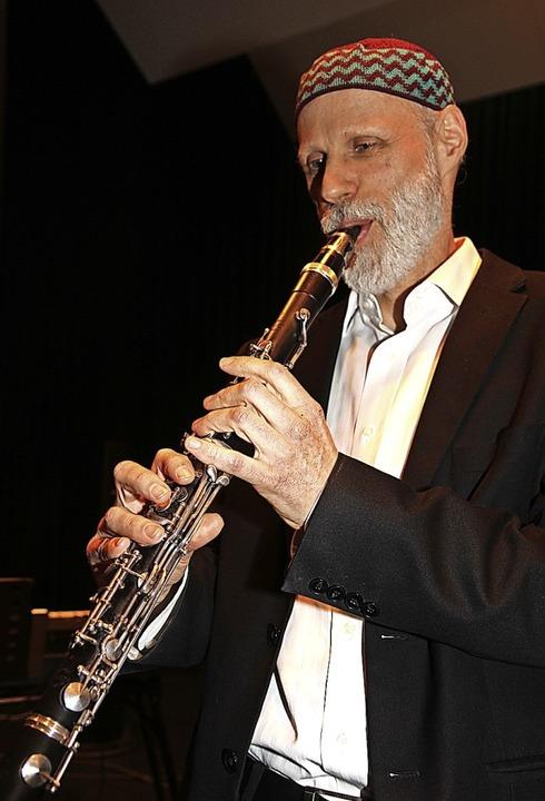 Mehr als mitreißende Musik: Michael Heitzler beim Jubiläumskonzert.     Foto: Dagmar Barber