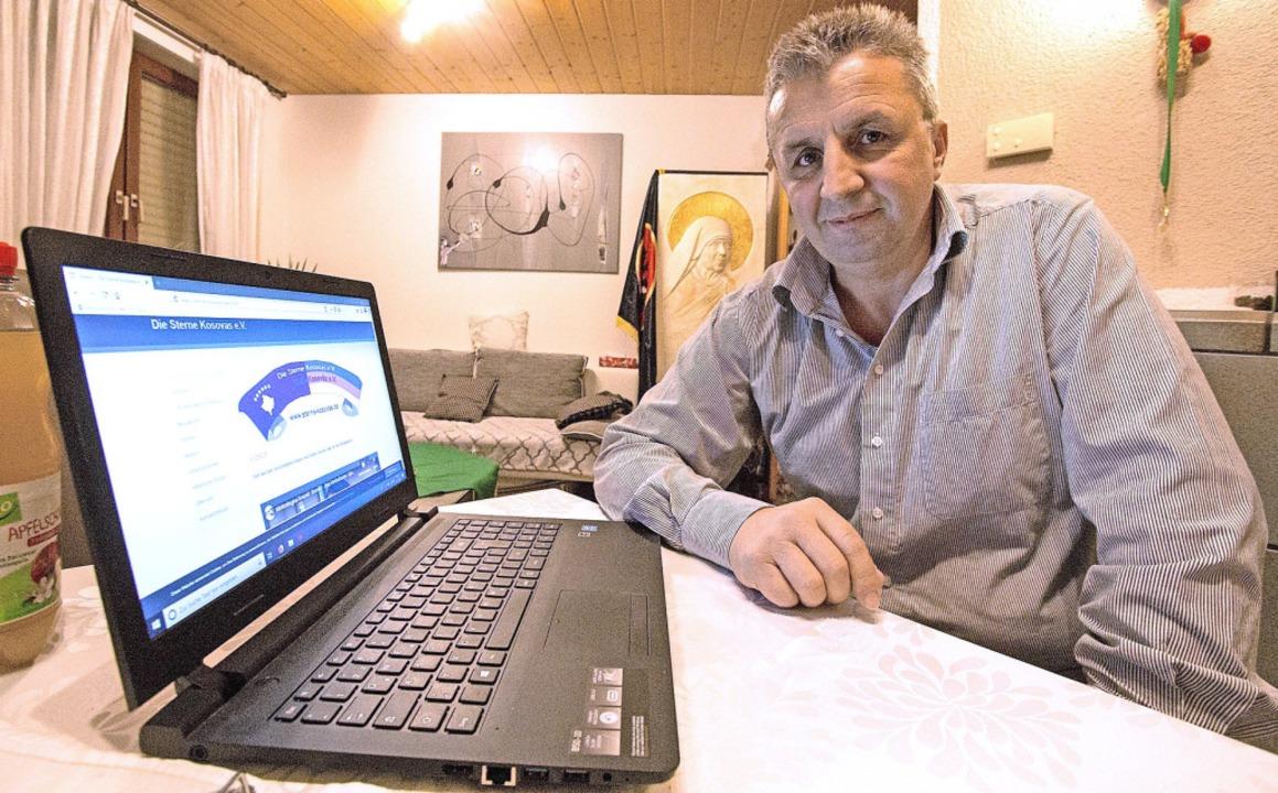 Tahir Shabani zeigt die Webseite seines Vereins.  | Foto: Patrik Müller
